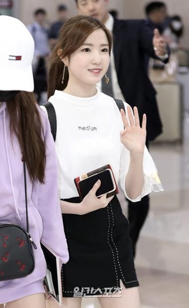 4日午後、金浦国際空港で取材陣やファンに手を振っているIZ*ONEのメンバーの本田仁美。