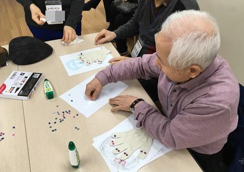日本政府は「予防で70代の認知症患者を10年間で1割減らす」という野心的な目標を掲げたが、結局、この計画を取りやめた。写真は資料。