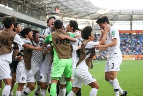日本とU-20W杯決勝トーナメント1回戦でゴールを決めた韓国FWオ・セフンが喜んでいる。(写真提供=大韓サッカー協会)