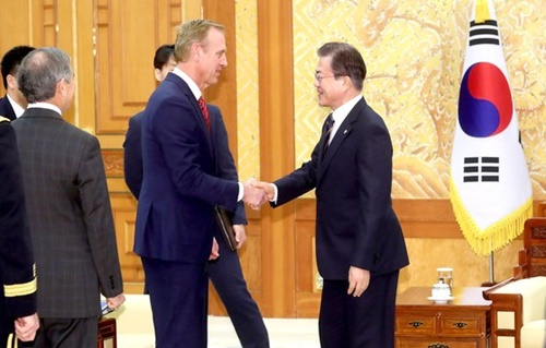 文在寅大統領が3日、青瓦台を訪問したパトリック・シャナハン米国防長官代行と面会した。
