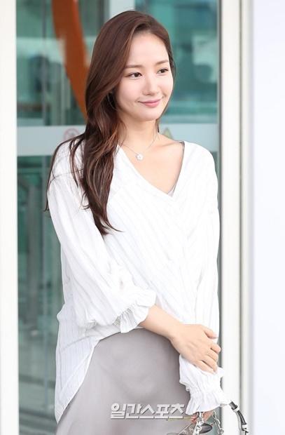 5日午後、仁川国際空港に登場した女優のパク・ミニョン。