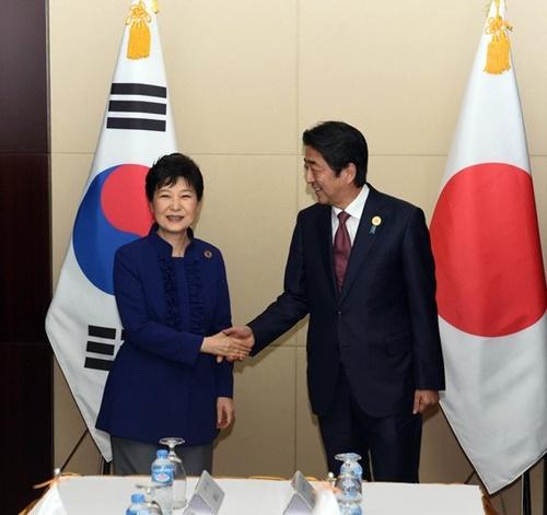 2016年当時、朴槿恵大統領と安倍首相がラオスで会った。(写真=青瓦台写真記者団)
