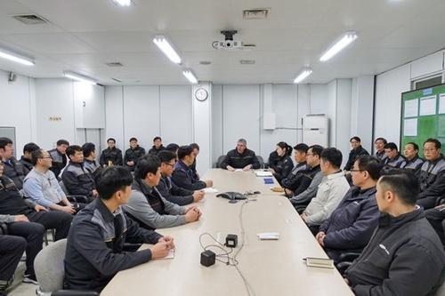 ルノーグループのロス・モザス副会長(真ん中)が2月、ルノーサムスン釜山工場で現場責任者と対話している。(写真=ルノーサムスン車)