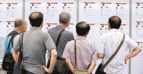 雇用情報をチェックする韓国の高齢求職者
