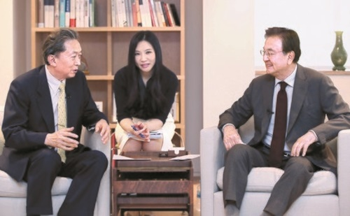 鳩山由紀夫・元日本首相(左)と洪錫ヒョン韓半島平和作り財団理事長(右)は今月13日、「韓日両国首脳がG20で条件なく会って虚心坦壊に対話するべき」ということで意見を集約した。