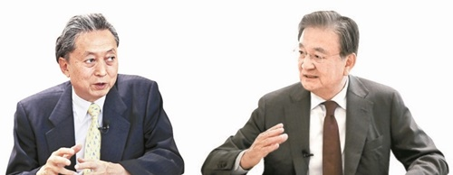鳩山由紀夫・元日本首相(左)と洪錫ヒョン韓半島平和作り財団理事長(右)