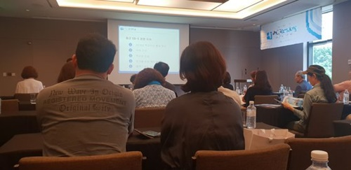 15日にソウル瑞草洞で開かれた投資移民説明会。子どもの教育と就職を目的に永住権の取得を考える参加者が多かった。