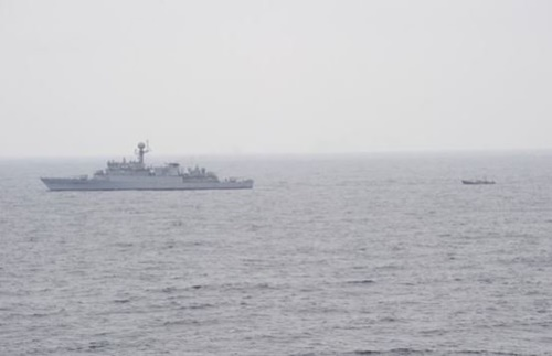 今月11日、韓国海軍艦艇が東海(トンへ、日本名・日本海)上で漂流していた北朝鮮船舶を見つけて北方境界線に曳航している。(写真=合同参謀本部)