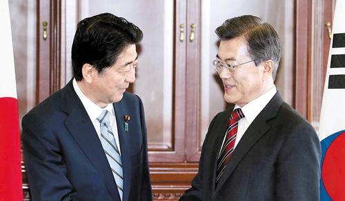 安倍晋三首相(左)と文在寅(ムン・ジェイン)大統領