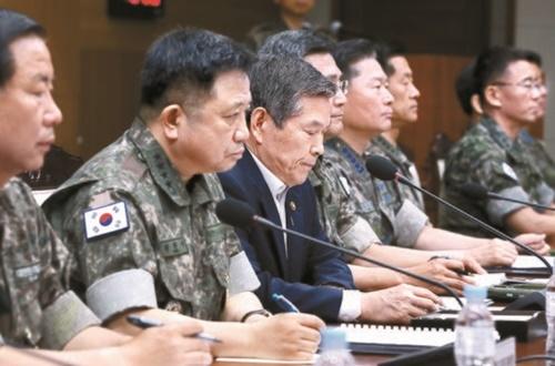 鄭景斗(チョン・ギョンドゥ)国防部長官(左から3人目)は19日、全軍主要指揮官会議で北朝鮮漁船の三陟港入港事件について「責任を負うべき」と述べた。左からシム・スンソプ海軍参謀総長、朴漢基(パク・ハンギ)合同参謀議長。