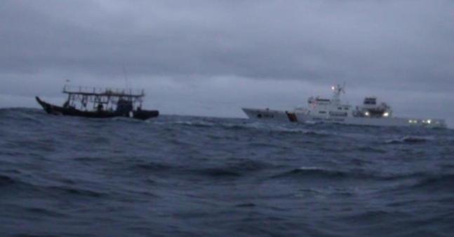 韓国東部沖で南下してきた北朝鮮漁船(写真=海洋警察庁)
