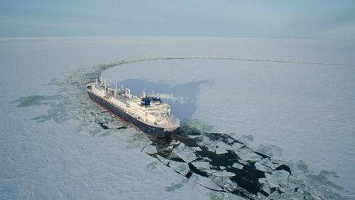 大宇造船海洋が世界で初めて建造した砕氷LNG運搬船が氷を割りながら航行している。(写真=大宇造船海洋)