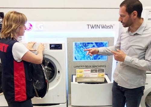 フランスの大手家電量販店フナックダルティでスタッフがアフターサービス指標1位に選ばれたLGエレクトロニクスの洗濯機を紹介している。(写真=LGエレクトロニクス)