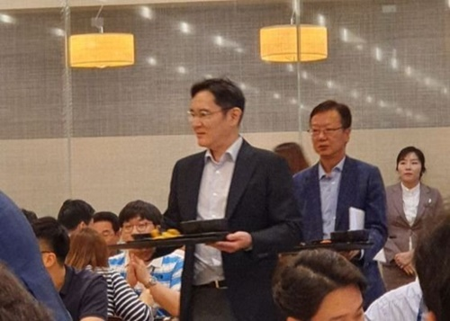 サムスン電子の李在鎔副会長(左)がサムスンエンジニアリングのチェ・ソンアン社長をはじめサムスン物産系列の経営陣と共に、ソウル上一洞のサムスンエンジニアリング本社で昼食の給食を取った。(写真=閉鎖型ソーシャルメディア「ブラインド」のキャプチャ)