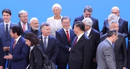 文在寅大統領と各国首脳が昨年12月30日、アルゼンチン・ブエノスアイレスで開かれたG20首脳会議の開幕式で記念撮影をしている。(写真=青瓦台写真記者団)