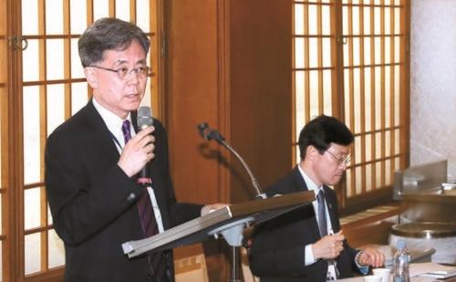金鉉宗(キム・ヒョンジョン)国家安保室第2次長(左)が25日、青瓦台で、大阪で28日から開かれるG20サミットの日程に関するブリーフィングを行っている。右は李昊昇(イ・ホスン)青瓦台経済首席。