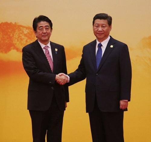 中国北京雁栖湖APEC会議場に到着した安倍首相が習近平主席と挨拶している。尖閣諸島をめぐる対立が真っ最中だったこの時期、習主席は安倍首相を略式会談で冷遇した。(写真=青瓦台写真記者団)