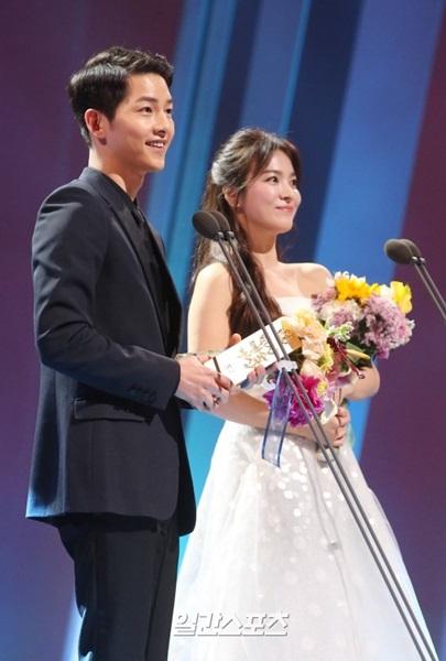俳優ソン・ジュンギ(左)と女優ソン・ヘギョ