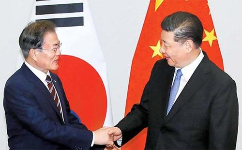 G20首脳会議の出席のために日本を訪問中である文在寅大統領が27日、習近平中国国家主席とウェスティンホテル大阪で開かれた首脳会談に先立ち握手している。習主席は文大統領に「非核化への意志は変わりがない」とし、「対話を通じて問題を解決したい」という金正恩委員長のメッセージを伝えた。