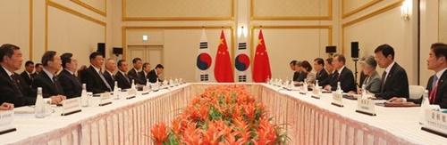 文在寅大統領が27日午後、日本大阪ウェスティンホテルで習近平中国国家主席と韓中首脳会談をしている。(写真=青瓦台写真記者団)