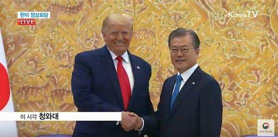 握手を交わす文大統領とトランプ大統領(写真=KTV画面キャプチャー)