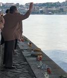 2日(現地時間)、ハンガリー・ブダペストのドナウ川マルギット橋の下でハンガリー女性が花を投げて犠牲者を追慕している。