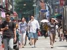 街行く人もすっかり涼しい格好にシフトチェンジ。日傘やアイスドリンクを手にする人もよく目にするようになりました。