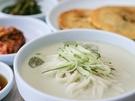 夏の訪れを感じる韓国麺料理といえば「コングクス」。冷たい豆乳スープに麺を絡めていただきましょう。