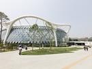 2019年5月に正式オープンした「ソウル植物園」。サッカー場約70個分の広大な敷地に「開かれた森」、「テーマ園」、「湖水園」、「湿地園」の4つのエリアが設けられ、約31,000種の植物が展示されています。