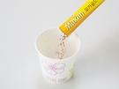 作り方は簡単。粉末ミックスをコップに移し、通常より少なめのお湯を加えます。ツウな人はより濃厚にするため牛乳を加えるとか。※計量カップなど口のとがった入れもので作ると後の工程に便利です。