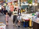 専用のトレーを持って、食べたい韓国の市場グルメを見つけに出発。