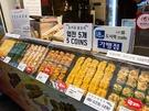 おかずは「通」と書かれたプレートが目印のお店で購入が可能。韓国の市場グルメがずらりと並び、何を食べようか悩んでしまいます。