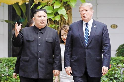 金正恩委員長(左)とトランプ大統領