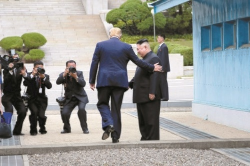 ドナルド・トランプ米大統領が30日午後、板門店で金正恩委員長に会って挨拶した後、軍事境界線を越えて北朝鮮側に向かっている。(写真=青瓦台写真記者団)