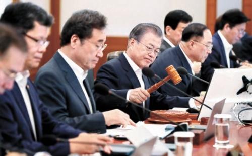 文在寅大統領が2日、青瓦台で国務会議を主宰して会議の開始を知らせる議事棒をたたいている。文大統領は南・北・米首脳会談に対して「米朝間敵対関係の終息と新しい平和時代の本格的な開始を宣言した」と明らかにしたが、日本の経済報復に対しては言及しなかった。(写真=青瓦台写真記者団)