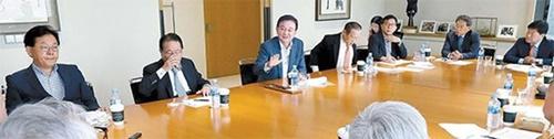 韓日葛藤に対する解決法を模索する「韓日ビジョンフォーラム」に参加した専門家が今月1日、日本の強制徴用判決対抗措置について討論を行っている。左側から梁起豪(ヤン・ギホ)聖公会(ソンゴンフェ)大学教授、柳明桓(ユ・ミョンファン)元外交部長官、洪錫ヒョン(ホン・ソクヒョン)韓半島平和作り理事長、魏聖洛(ウィ・ソンラク)元駐露大使、李元徳(イ・ウォンドク)国民大学教授、徐錫崇(ソ・ソクスン)韓日経済協会副会長、申鉉昊(シン・ヒョンホ)大韓弁協人権委員長。