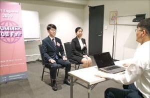 韓国貿易協会のSCITマスタージョブフェアで教育生が日本企業の面接官と最終面接をしている。(写真=韓国貿易協会)