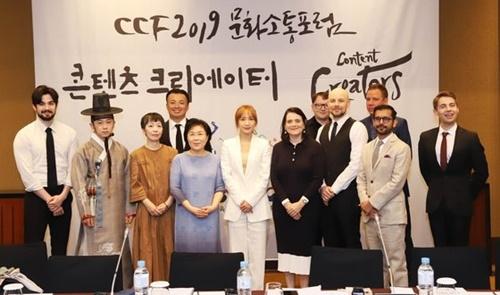 2日、ソウル龍山区のグランドハイアットソウルで開かれた「2019文化疎通フォーラム(CCF)討論会」の出席者が記念撮影を撮影している。(写真提供=韓国イメージコミュニケーション研究院)
