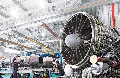 主要大企業が低成長長期化の泥沼を脱出するための未来の収益源発掘に全力を注いでいる。未来競争力の確保なくして生き残るのは不可能という判断からだ。写真はハンファエアロスペース昌原工場で航空機用エンジンを組み立てている様子(写真=ハンファエアロスペース)