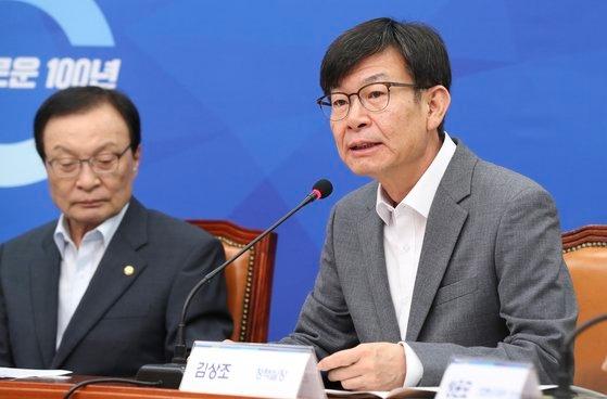 下半期の経済政策方向を議論する協議会が3日午前、国会で開かれた。金尚祖(キム・サンジョ)政策室長が冒頭発言をしている。