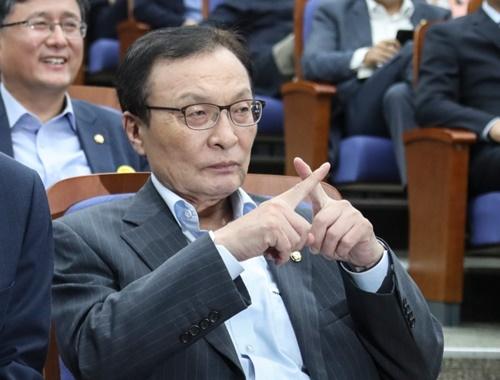韓国の共に民主党の李海チャン代表が4日、国会で開かれた議員総会で姜昌一議員が韓日関係に対して説明を継続すると指でXサインを送っている。