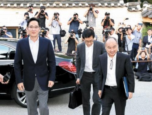 ソフトバンクの孫正義会長(右)とサムスンの李在鎔電子副会長が4日午後、ソウル城北洞(ソンブクトン)韓国家具博物館に入っている。