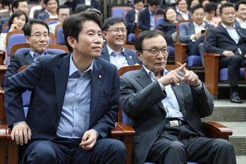 韓国与党「共に民主党」の李海チャン(イ・ヘチャン)代表(右)が4日、国会で開かれた議員総会で姜昌一議員が韓日関係に対して説明を継続すると指で「X」サインを送っている。