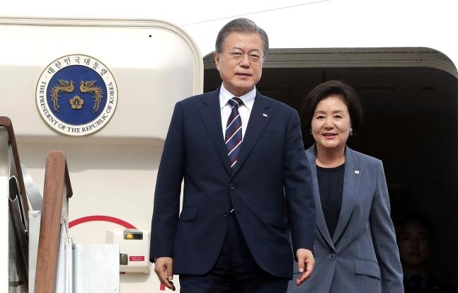 G20首脳会議出席のため日本を訪問した後帰国した文在寅大統領と金正淑夫人が6月29日午後にソウル空港に到着し専用機から降りている(写真=青瓦台写真記者団)