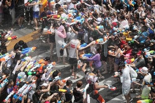 7日、ソウル西大門区延世路で新村水鉄砲祭りが行われ、参加した市民が敵味方に分かれて水鉄砲戦を繰り広げている。