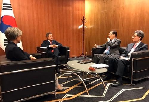 昨年11月にアセアン会談場で待機中の文在寅大統領と康京和外交部長官、鄭義溶国家安保室長、金鉉宗通商交渉本部長(当時)。彼らは現在青瓦台と政府外交の中枢を担っている(写真=青瓦台)