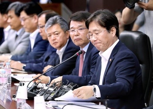 成允模(ソン・ユンモ)産業通商資源部長官(右)が日本の輸出規制への対応策を説明している。