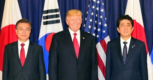 2017年7月6日、ドイツ・ハンブルグで文在寅大統領とドナルド・トランプ米大統領、安倍晋三首相が韓日米首脳晩餐会に先立って記念撮影をしている。(写真=青瓦台写真記者団)
