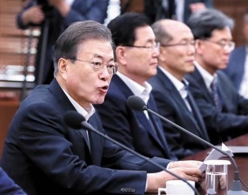 韓国の文在寅大統領が8日、青瓦台で開かれた首席・補佐官会議で日本の輸出規制措置に関連して「韓国企業に被害が実際に発生する場合、我が政府としても必要な対応をせざるを得ない」と述べた。左側2人目から国家安保室の鄭義溶(チョン・ウィヨン)室長、金有根(キム・ユグン)第1次長、金鉉宗(キム・ヒョンジョン)第2次長。(写真=青瓦台写真記者団)