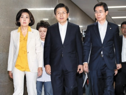 自由韓国党の黄教安代表(前列の中央)と羅卿ウォン院内代表(左)など指導部が8日午前、国会で開かれた最高委員会議に参加している。